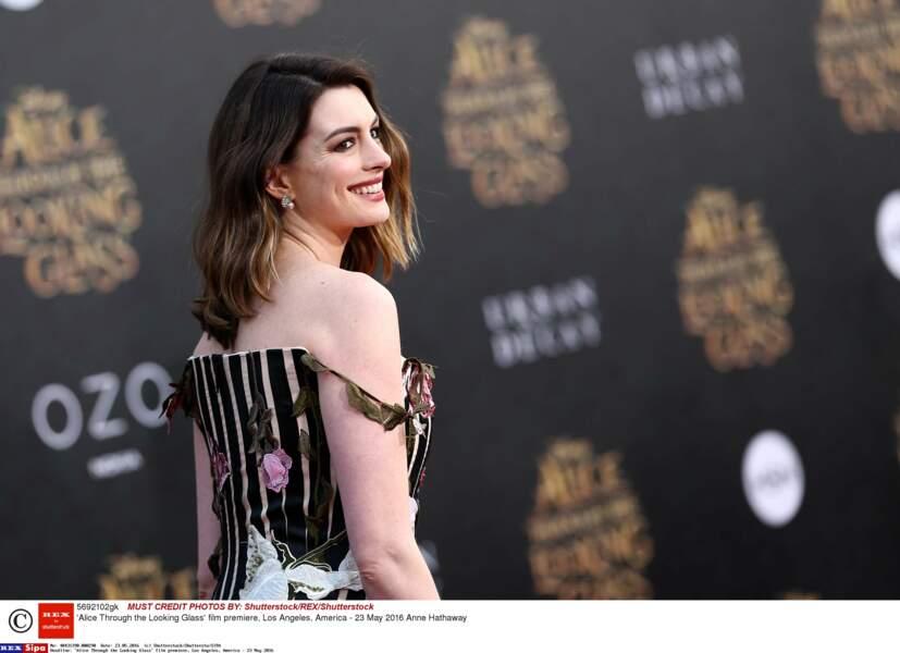 Très souriante sur le tapis rouge de Alice : de l'autre côté du miroir à Los Angeles (2016)