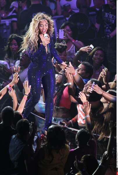 En tournée, elle va souvent au contact de son public.
