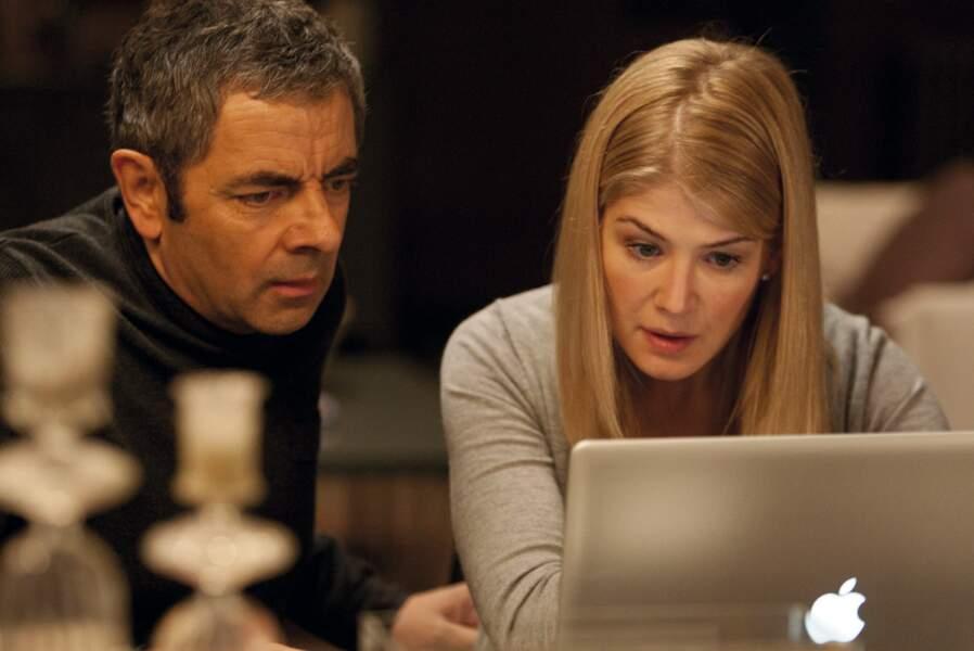 La farce Johnny English, le retour (2011) lui permet de collaborer avec Rowan Atkison, ici en agent secret gaffeur.
