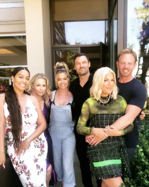 Photo de groupe pour fêter le clap de fin du tournage du retour de Beverly Hills