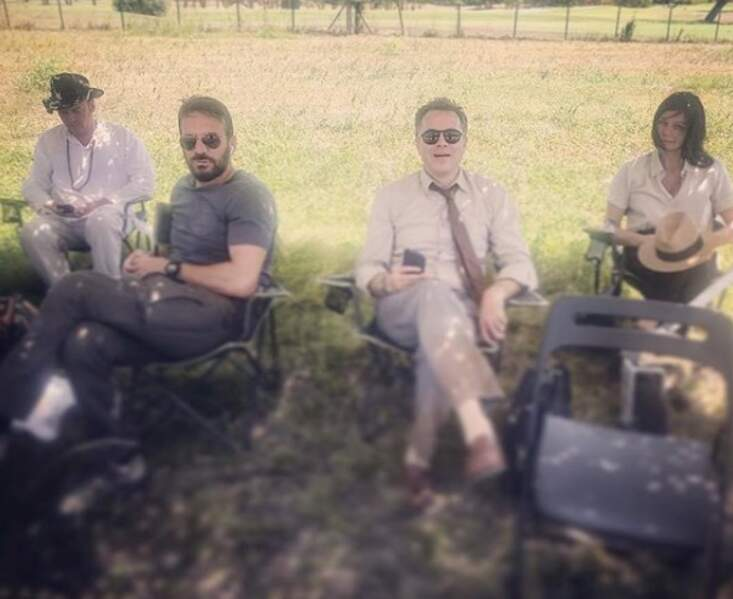 Au soleil, le casting de Ils étaient dix profite d'un petit moment de calme...