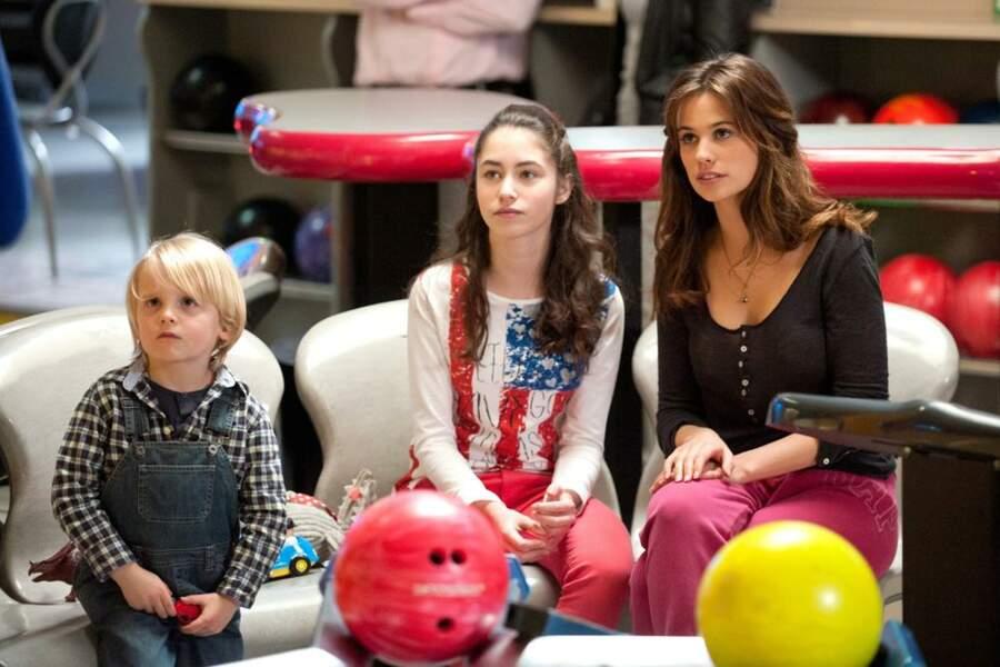 Valentin (Paul Monate) avec Clem (Lucie Lucas) et Salomé (Jade Pradin) au bowling