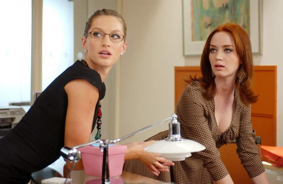 La top brésilienne Gisele Bündchen aux côtés d'Emily Blunt dans Le Diable s'habille en Prada (2006)