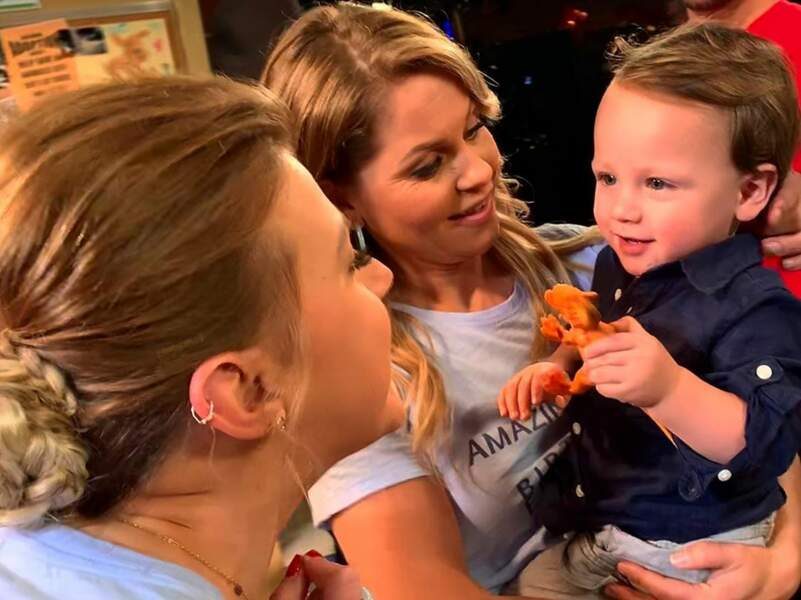 Le fils de John Stamos a l'air enchanté par sa visite dans les coulisses de la série de son papa
