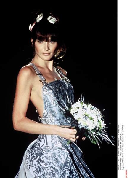 Carla Bruni - pas encore Sarkozy - pour Versace en 1994