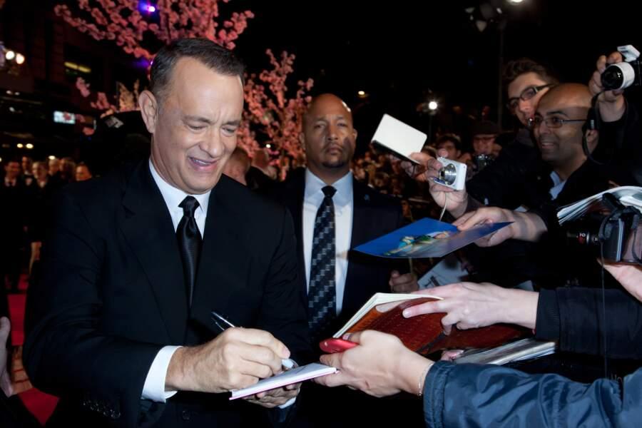 Tom Hanks signe volontiers les autographes…