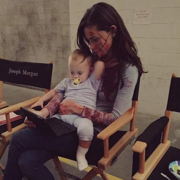 En tout cas, elle a trouvé une babysitter plutôt chouette avec Phoebe Tonkin