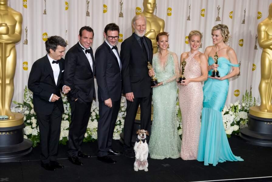 Uggie prend la pose en bonne compagnie aux Oscars.