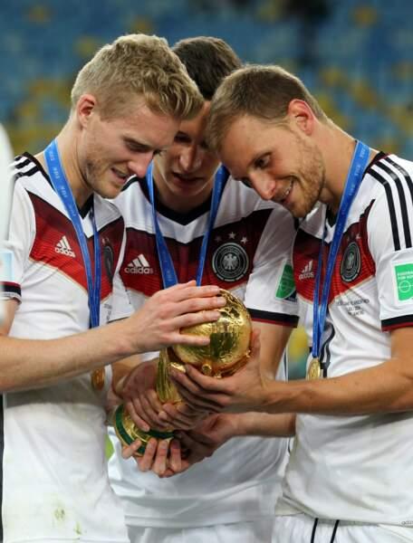 Andre Schurrle, Julian Draxler et Benedikt Howedes chouchoutent leur trophée