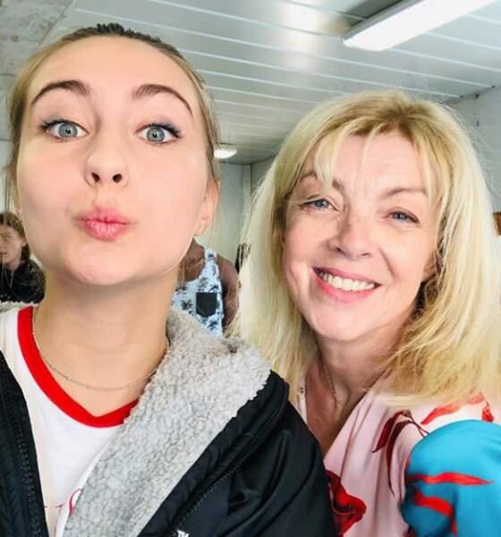 Petit selfie entre Garance Teillet (Jess) et Luce Mouchel (Marianne) sur le plateau de Demain nous appartient