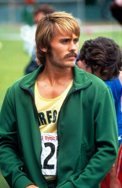 Premier rôle principal, première transformation : il endosse la moustache et la mèche du coureur Steve Prefontaine.