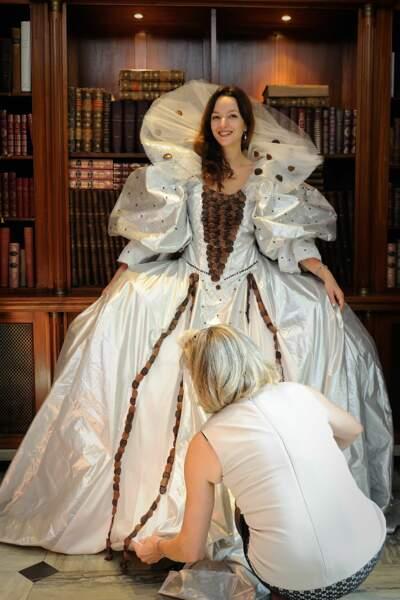 Eliette Abecassis aux essayages de la robe de la Maison Boissier
