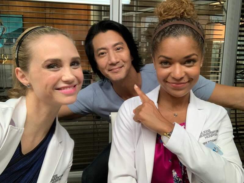 Alors que les acteurs de Good Doctor préfèrent, eux, faire des selfies durant les pauses…
