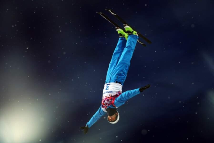 Anton Kushnir remporte le concours de ski acrobatique