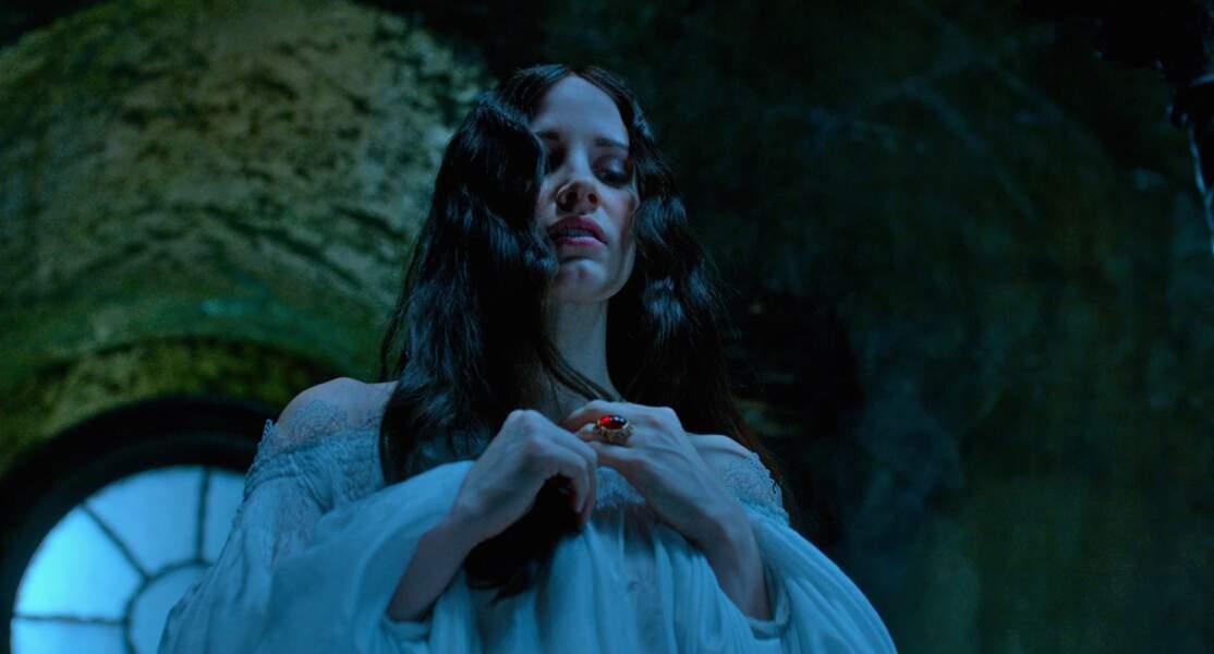 Inquiétante Lucille Sharpe dans Crimson Peak, romance gothique signée Guillermo del Toro