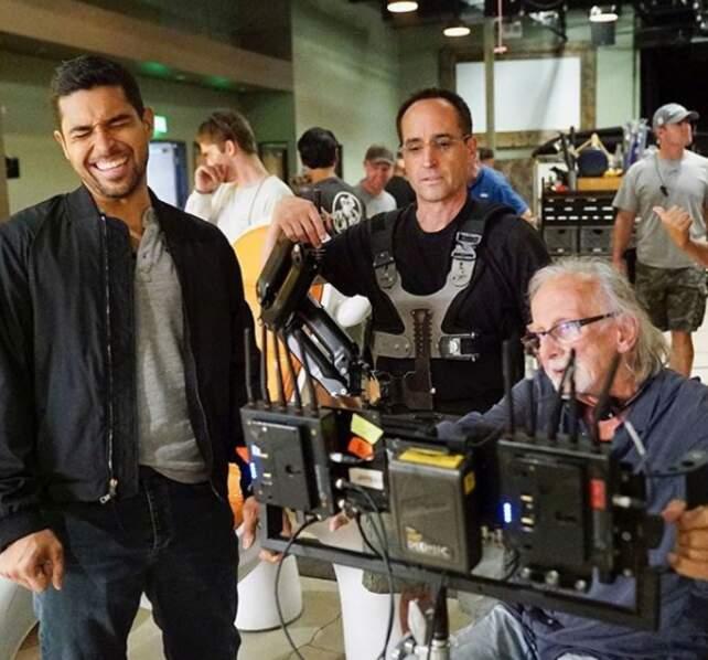 Sur le tournage de NCIS, Wilmer Valderrama est tout sourire !