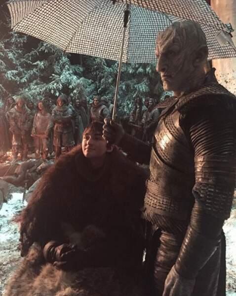 Lui qui voulait étriper le jeune Bran, voilà qu'il lui tient son ombrelle ! Appelez le Night King !