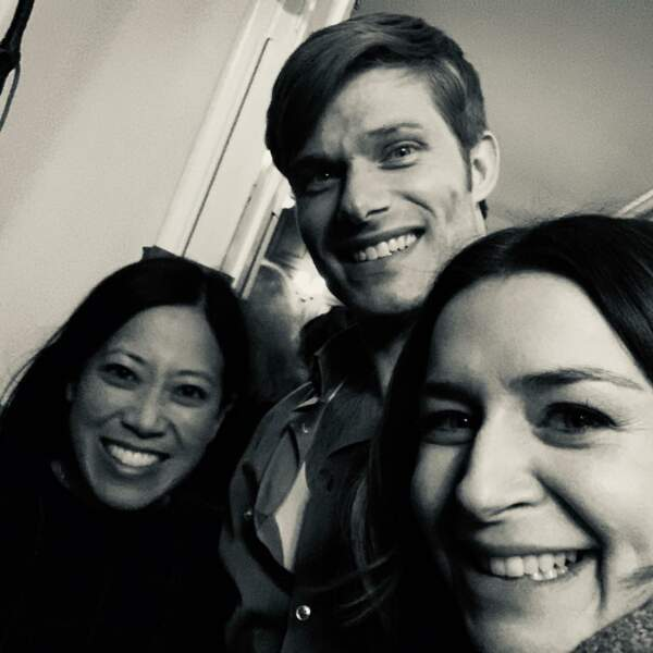 Entre Caterina Scorsone, Chris Carmack et l'une des scénaristes de Grey's Anatomy… Il règne une belle complicité !