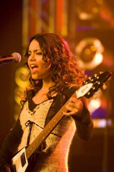Vanessa Hugdens donne de la voix dans College Rock Star (2009)