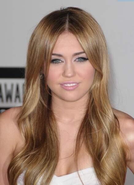 En 2010, elle arbore un joli minois et une chevelure lisse.