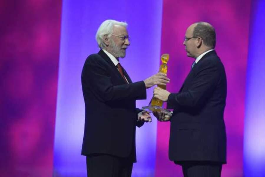 Le Prince remet un trophée d'honneur à Donald Sutherland
