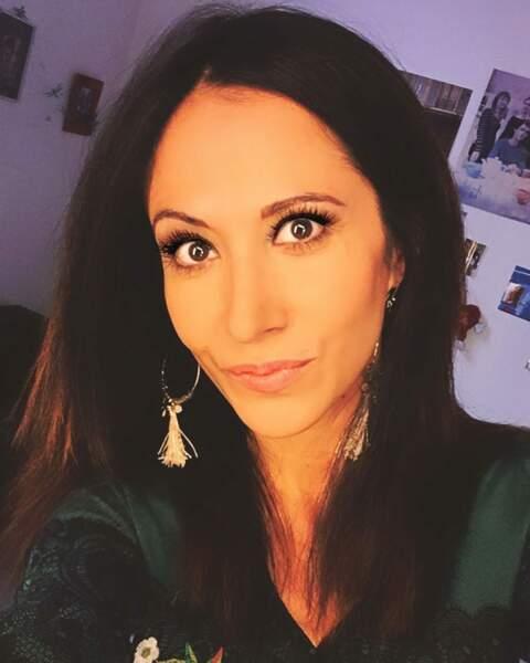 Dans sa loge de Plus belle la vie, Fabienne Carat en mode selfie