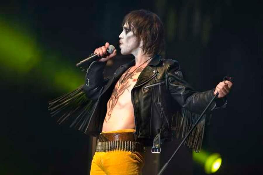 Dans Pop Redemption, il chante du rock dur