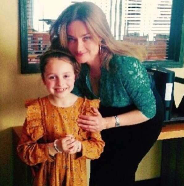 Marine Delterme pose avec une jeune fan sur le tournage d'Alice Nevers