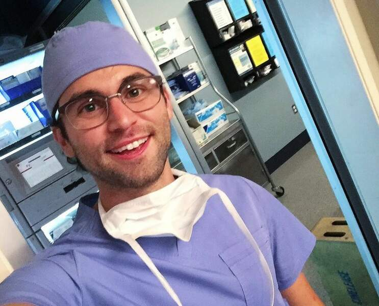 Ce cliché de Jake Borelli a-t-il été pris avant ou après l'intervention de Schmitt dans Grey's Anatomy ?
