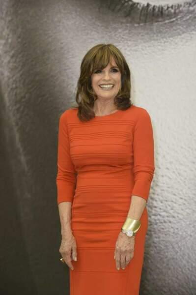 Linda Gray, rouge et rayonnante
