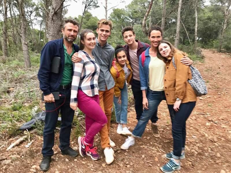… d'autres acteurs de la série, dont Alexandre Brasseur et Linda Hardy, préparent une balade en forêt