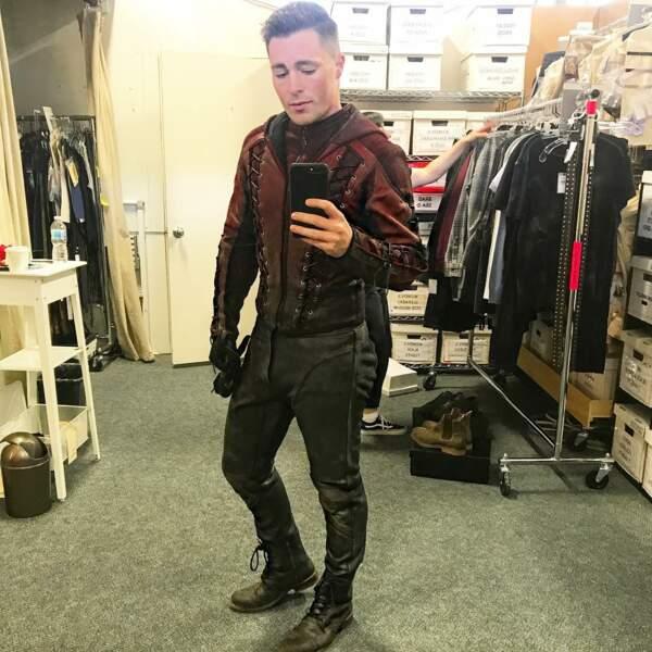 Colton Haynes, fier de montrer qu'il rentre toujours dans le costume d'Arsenal dans Arrow