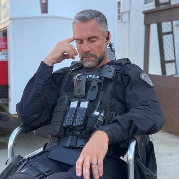 Jay Harrington (Swat) sait-il que, pendant qu'il se repose, son partenaire, Alexl Russell, le prend en photo ?