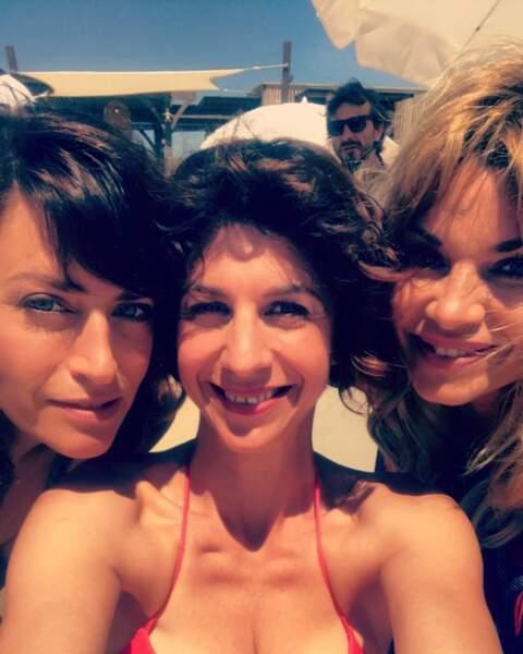 Elle prend des selfies avec ses copines de travail Solène Hebert et Anne Caillon