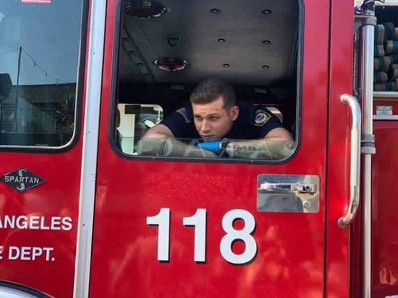 Oliver Stark attend patiemment son tour pour enregistrer ses scènes dans 911