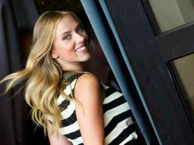 Venise :  Scarlett Johansson ultra-glamour et fiancée, les femens seins nus