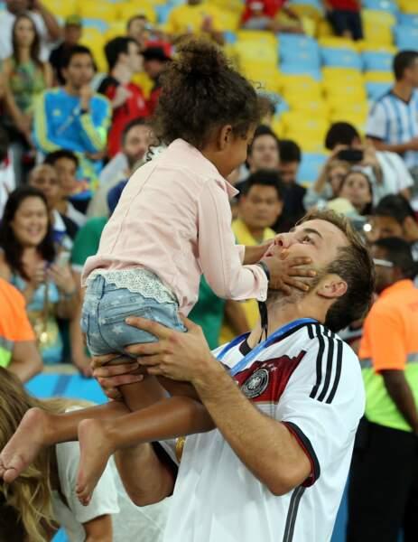 Le héros du jour, Mario Götze, a partagé sa joie avec la fille de Jérôme Boateng