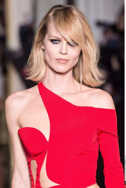 Eva Herzigova à la Fashion Week de Paris en 2015