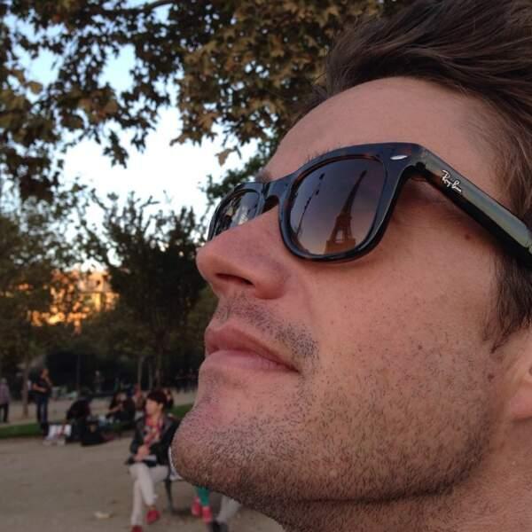 Robert Buckley anonyme avec ses lunettes ?