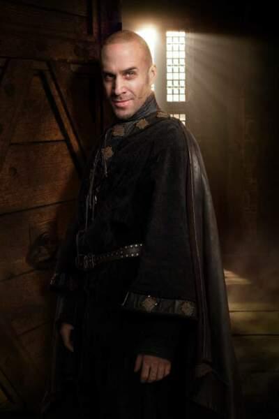 Joseph Fiennes, un Merlin au look contemporain dans Camelot