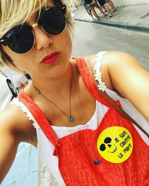 Toujours originale, la jolie blonde aime accessoiriser ses vêtements avec des messages...