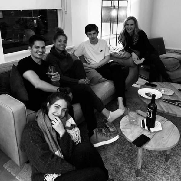 La team de l'hôpital San Jose St. Bonaventure réunit pour regarder le début de la saison 2 !