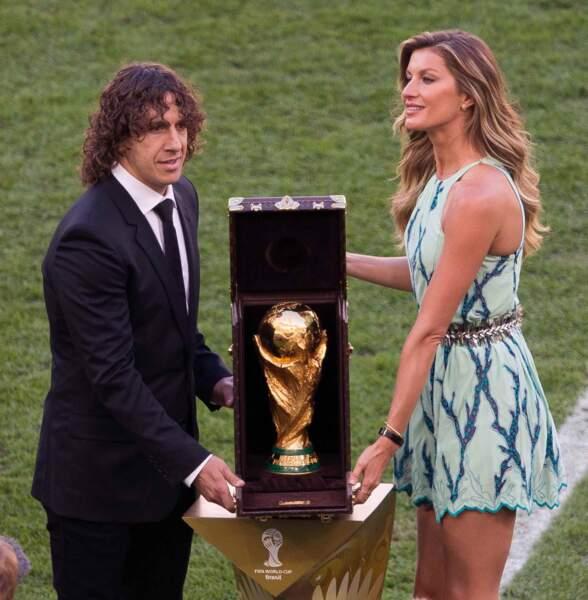 L'Espagnol Carles Puyol et la belle Gisele Bundchen ont apporté le trophée. Le match pouvait commencer !