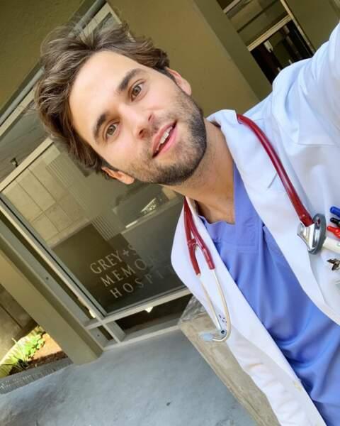 Jake Borelli se prend en selfie devant le célèbre hôpital de Grey's Anatomy