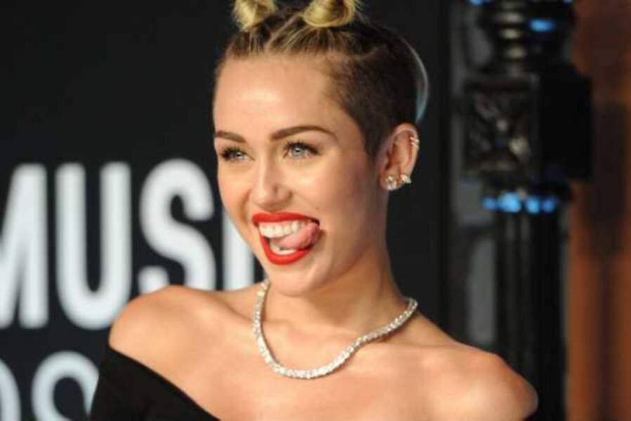 Miley Cyrus sort la langue