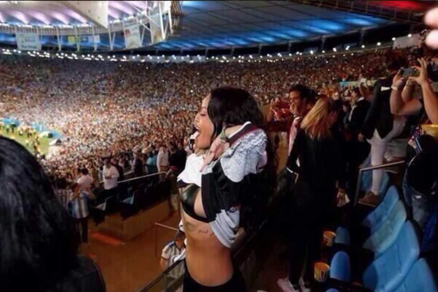 Rihanna, elle, a soulevé son maillot