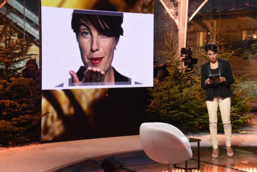 L'animatrice relit ses fiches avant le début de l'émission.