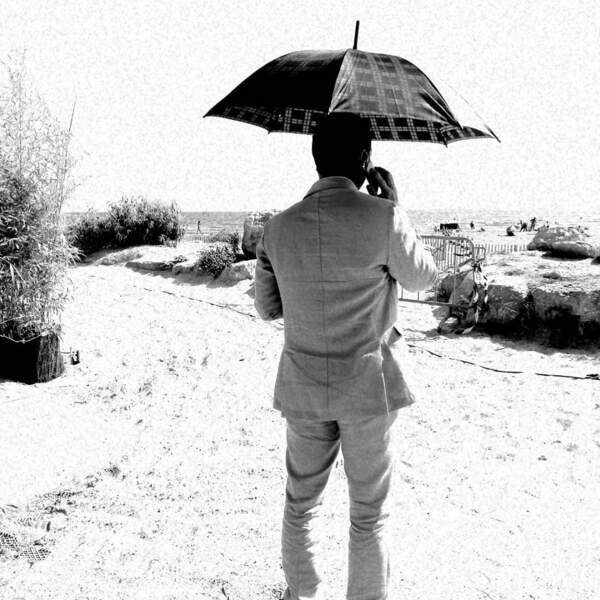 Et il ne sont pas les seuls, Jérémy Banster cherche de l'ombre comme il peut sur le tournage d'Un si grand soleil