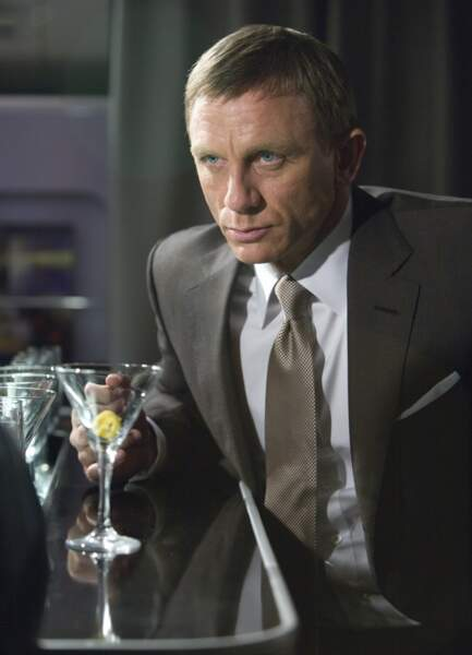 Iconique en costard sur mesure au bar, un verre de Vodka Martini à la main dans Quantum of Solace.