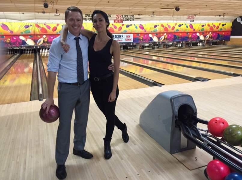 Sympa ce tournage de Blacklist au bowling. Entre deux scène, Diego Klattenhoff et Mozhan Marnó savent quoi faire